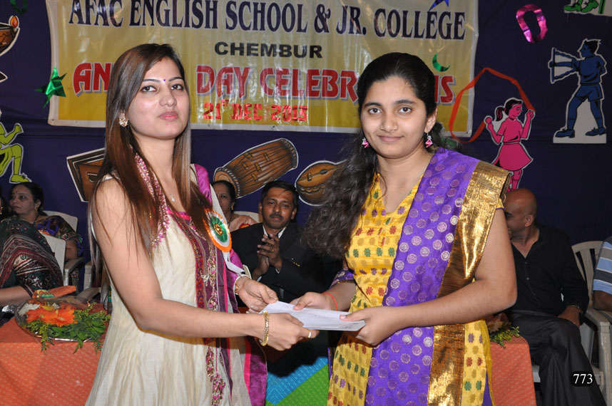 Our Ex-Student Mrs. Shradha Shirodkar awarding a price to our student